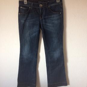 Miss sixty - jeans Str. 29 Næsten som ny Farve: mørkeblå Lavet af: 98% cotton og 2% elasthan Style: conny Mål: Livvidde: 86 cm hele vejen rundt Længde: Ydre: 102 cm Indre: 82 cm Køber betaler Porto!  >ER ÅBEN FOR BUD<  •Se også mine andre annoncer•  BYTTER IKKE!