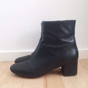 Sorte læderstøvler fra & Other Stories. Købspris var omkring 800-900 kr. Har slidmærker på indersiden afhælene (fra cykling 🤠), og små ridser på forsiden. De er ret smalle, så man skal have en forholdsvis smal fod, for at kunne passe dem.  Kom med bud i privatbesked.