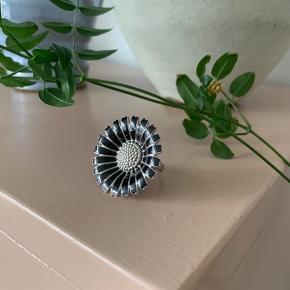Skøn stor ring fra Georg Jensen i Sterlingsølv. Tegn på brug på selve ringskinnen men fejler bestemt ikke noget.