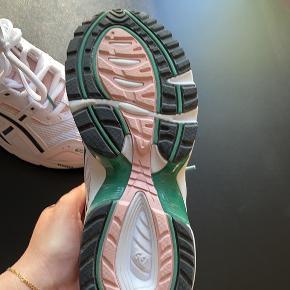 Fejlkøb - har haft dem på en gang - så sat dem som nye;) - købt den 10/10 - ny pris 800 kr hos Rezet Sneaker Store. Kassen efterlod jeg i Nordjylland - så den har jeg desværre ikke ;) Det er en str. 37 1/2 ;) i butikkerne nu ;)