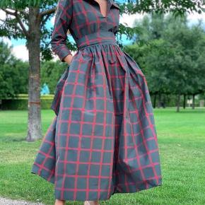 Fantastisk smuk kjole, købt i forrige uge i Melange de luxe og brugt en gang til bryllup og sælges nu så en ny kan få glæde af denne smukke kjole 👌🏻 sidder super godt og er flexibel i str.  det er en small men kan også passes af en medium. Der er bindebånd i taljen så kjolen er flexibel og kan styles på flere måder. Ny pris er 3500kr