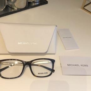 Michael Kors briller -Store og business agtige i stilen - brunlig skildpaddefarvede/mørke med guld stænger.   Har ikke kvitteringen men gav omkring 1900kr selv for dem efter en rabat.  Bytter ikke - Sender gerne - Prisen er fast.