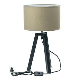 Den skønneste bordlampe fra Susanne Speedtsberg! Perfekt til den nordiske indretning - med tre ben og en fin rund skærm.  Understellet på lampen er lavet i træ.  Lampen har tænd/sluk funktion midt på ledningen.  Højde: 46 cm  Materiale: Understel i træ Farve på skærm: grøn Producent: Speedtsberg Ny og i emballage.