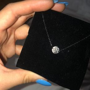 Super fint armbånd i rhodineret sølv. Er kun blevet prøvet på. Stenene er formet som stjernetegnet løven. Np var 250. Kom gerne med bud💙 (æsken medfølger ved køb)