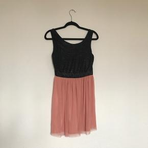 Lille str. 38!  Sindsyg sød kombination af fabrics. Sart rosa fint tyl med det mere sexede sorte krøl stof.  Sød til fest ! 🍾🍸