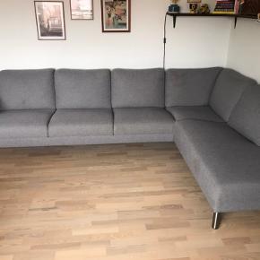 Sofa fra ikke-rygerhjem, med lækker stor chaiselong😃 Måler 3x2 meter Den er 1 år gammel, og fejler intet  Skriv endelig, hvis du har nogle spørgsmål Befinder sig i Silkeborg