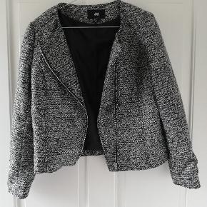 Flot grå jakke med fine detaljer. Tager ikke billede af tøjet på. 🌺