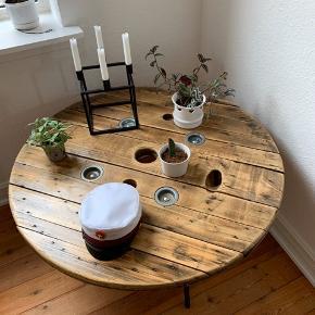 Sælger mit fine kabeltromlebord, som har naturlig patina.  Højde 53 Ø100  Kom gerne med et bud 🙋🏼♀️