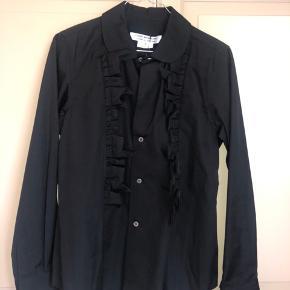 Fin sort skjorte med ruffles på brystet, helt ny med tags.  Ny pris cirka 2700 DK