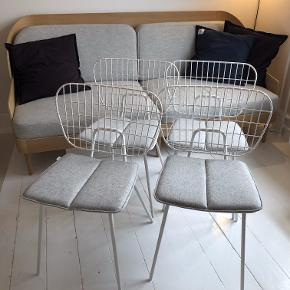 4 stk. hvide spisebordsstole i pulverlakeret stål fra Menu (Menu WM String Dining Chair) sælges til KUN kr. 800/stk. inkl. hynde!  Vejledende pris pr. stol er kr. 1.795 plus hynde kr. 700, dvs. kr. 2.495.  Stolene sælges udelukkende samlet.  Stolene er i rigtig god stand uden pletter på hynder mv.  Kan bruges inde såvel som ude.  https://www.nordicnest.dk/varemarker/menu/wm-string-spisestol/?variantId=29436-02  https://www.bahne.dk/menu-wm-string-cushion-hynde-lysgra-38-5-x-35-cm-5709262977529?gclid=Cj0KCQjwoKzsBRC5ARIsAITcwXGOA9MwG5Oh7q3QEDskHIdHYF7Kp_ffAz1xoLex3YGAvMejQmVTbX4aAg8PEALw_wcB  Stolene befinder sig på 4. sal i København S, hvor de som udgangspunkt skal afhentes. Stolene kan dog mod forudbetaling samt et gebyr leveres i Hovedstadsområdet.