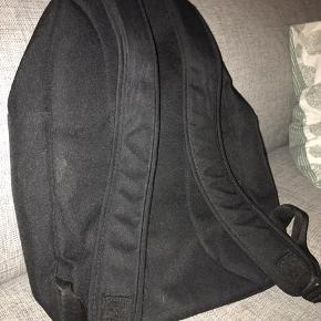 BYD Rigtig fod skoletaske lidt brugsridser på det Adidas mærket foran men ikke noget der gør skade på tasken. Stropperne kan justeres hvis det ønskes. Tasken vil selfølgelig blive vasket inden køb :)