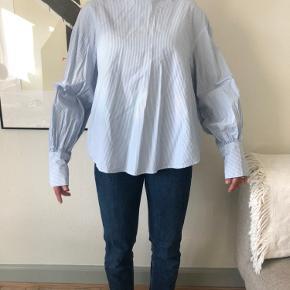 Fineste bluse med pufærmer fra H&M. Brugt meget få gange. Bud ønskes