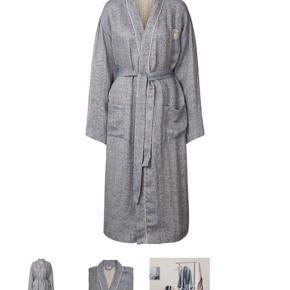 Georg Jensen Damask Kimono  Str. S/M (unisex) Vævet af 100% Hør  Den perfekte gave til sig selv eller til en man holder af. Sælges da vi fik en i overskud.