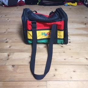 Lækker retro H2O taske af den helt gamle slags! Det kan dog ikke ses på den, da den er i god stand.  Tasken vil garenteret få alle dine venner til at misunde din fede vintage stil!   Se også mine andre annoncer med retro trøjer, jakker og tasker fra f.eks. H2O, Nike og adidas 😉