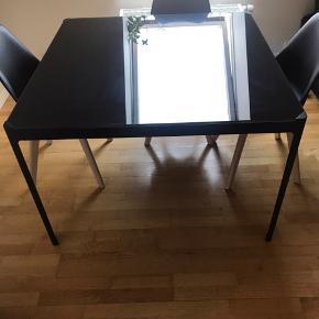 Sort glas bord, mål: 120 x 120 cm.