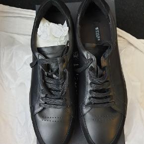Helt nye sneakers fra Tiger of Sweden, model Arne, str 44, farve 050/black. Nypris 1700 kr.