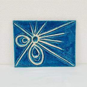 Sjældenhed! Kunstkeramikeren Jonna Ryberg, der i mange år arbejde for Kähler, har lavet dette  smukke vægrelief i stentøj, udført i Kählers signatur farve.  Relieffet er signeret. Længde: 26,5 cm Højde: 20 cm