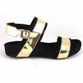 Varetype: sandaler  GULD Farve: Guld Oprindelig købspris: 1099 kr.  SUPER flot sandal som er købt for 1 mdr siden, har gået smidt kassen ud så de kunne ikke byttes, Lidt øv- købspris 1099- Jeg har gået i huset lidt med dem men de er for små så GØR ET KUP ved TS betaler køber gebyret ellers mobilpay   BYD SKAL SÆLGES NU TIL SOMMER