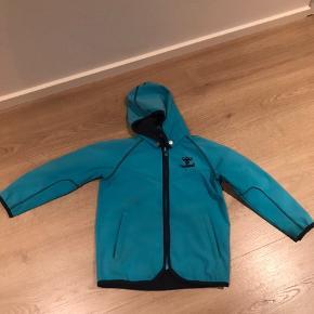 e3ed0de5306 Rigtig fin softshell jakke som sagtens kan holde til et barn mere.