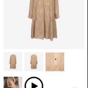 Så fin en sandfarvet kjole, perfekt til efteråret😊👍