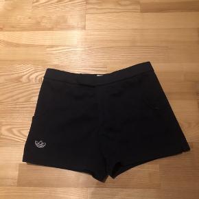 Adidas shorts i mørkeblå.  Jeg har selv købt dette par shorts på loppemarked, så ved ikke hvor meget de er brugt, men der er ingen tegn på slitage.  Ved ikke helt hvilken str. det er, men jeg kan passe dem og jeg bruger str. XS-S.