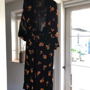Fin kjole fra Ganni, brugt maks 5 gange. Den er syet en lille smule op hos en professionel skrædder (hvilket derfor ikke kan ses) så den passer alt fra 160 til 170/80 alt efter ønsket længde.