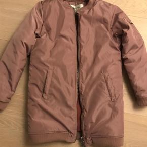 Brand: THE NEW Varetype: Jakke Farve: Rosa  Rigtig flot jakke fra The New. Brugt få gange og er dermed i meget flot stand. Nypris 600 kr.