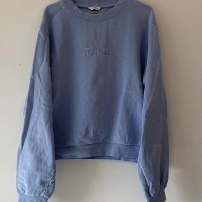 Sælger min envii talk sweatshirt. Den er en XL, men fordi den ikke er specielt lang kan man godt gå med den oversized, hvis man er en S/M. Den har haft et hul oppe på skulderen, som er lappet, men det kan stadig ses en smule. (Kan ses på 3. Billede) NP 400 Kr. MP 200 Kr.