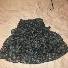 Super flot nederdel fra Neo Noir. Nederdelen er brugt maks 5 gange og fremstår derfor næsten som ny. Byd gerne:)