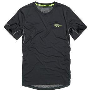 Active Jacquard T-Shirt Med Camo-Design  Superdry Active jacquard T-shirt med camo-design til mænd. En let T-shirt med korte ærmer og i en åndbar kvalitet med fugttransporterende egenskaber, så du kan føle dig tør og behageligt tilpas. Active jacquard T-shirten med camo-design har logo med refleksdetaljer på brystet, bagpå og forneden. Endelig har T-shirten diskret camouflagedesign bagpå.  Style: MS3003AT Farve: Cool Olive Polyester 100% C