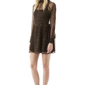 Fin kjole fra ganni, som jeg desværre ikke får brugt mere.  Kom endelig med bud eller spørgsmål :-)  Køber betaler porto.