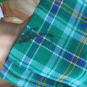Rigtig flot ternet buksedragt Helt nederst på det ene bukseben er der desværre en plet, der ikke kan gå af. Pletten ses ikke når buksedragten er på, og ellers kan man ligge buksebenene op. Derfor sælges den billigt🌸