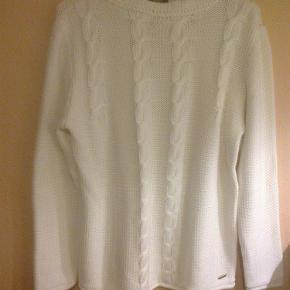 Varetype: strik trøje knit sweater bluse striktrøje med snoninger Farve: Hvid Oprindelig købspris: 600 kr.  Fin sweater med snoninger  45 % bomuld 55 % akryl  Brystmål 2 x 52 cm.