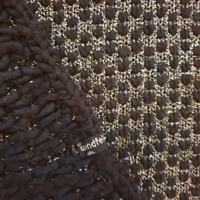 Fedt langt halstørklæde fra Windfeld.  35x180cm. Sort med sølv strik. Jeg bytter ikke..