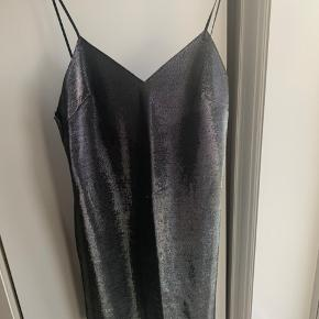 Cocktailkjole sølvglinsende og spagettistropper🍝  Dress kjole festkjole galla kjole 90er