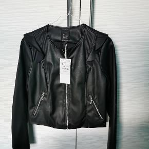Zara trf outer Wear kort læder jakke i Str. M Aldrig brugt, stadig med pris mærke. Se gerne også min andre annoncer 💐 ‼️KUN IDAG 90KR‼️
