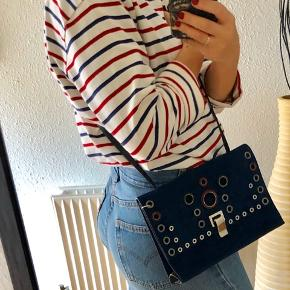 Np 8400 kr. Mp 2950 Brand new with tags and dust bag. Proenza schouler storm blue suede Lunch clutch bag with detachable, adjustable shoulder strap and eyelet embellishments, lined in black leather. Measurments 25 cm long, 18 cm height.