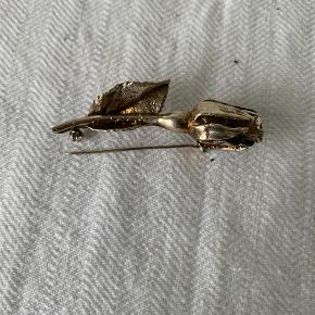 Vintage broch - Flora Danica. Rosenknop forgyldt sterling sølv - mærket Askhim 925s. Sølvsmeden er Leo Askhim. Har også en øsken så den kan bruges som vedhæng. Længde 6,5 cm. Pris kr 285
