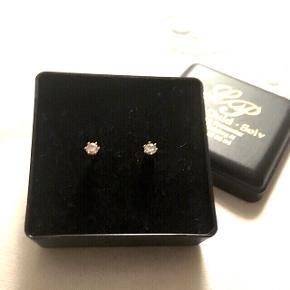 Fine små diamant øreringe med guldfatning. Jeg har arvet øreringene, og fået dem testet hos City Guld i Esbjerg, som har bekræftet, at de er ægte💎Enkle, klassiske og i pæn stand😊