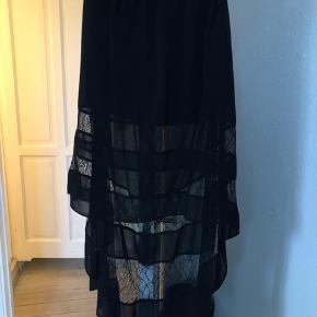 nederdel - lang bagpå og kort foran