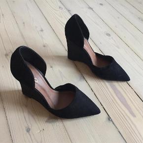 Varetype: sko med kilesål, wedge Farve: sort Oprindelig købspris: 600 kr. Prisen angivet er inklusiv forsendelse.  Elegante sko med kilehæl. Lidt for støre for mig. Brugt dem få gange.