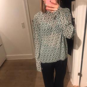 Fineste transparente bluse fra Mads Nørgaard. Størrelsen er medium eller large - men jeg er selv en small og den passer fint 🙂