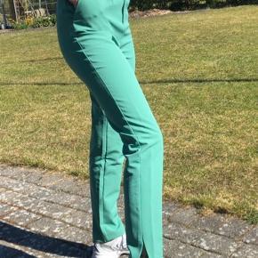 Mega fede straight bukser med slids i bunden. Størrelse s. Byd :)
