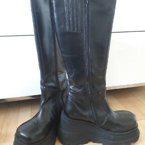 Lækre kneehigh plateau støvler fra Demonia, model Shaker-100 🌸 De er brugt få gange, og er stadig i rigtig god stand! Nypris ca 800,- og original skoæske haves stadig.