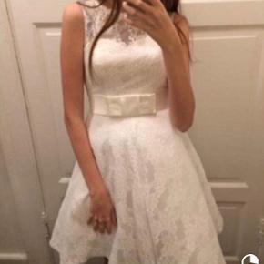 Sælger min Nicole de Val konfirmations kjole, som blev købt hos Miss Nicolai i 2015Str 34, men er syet ud til den passer en 36-38 I kan sagtens komme og prøve den. Kun brugt én gang Ny pris: 3400 Mp: 1500