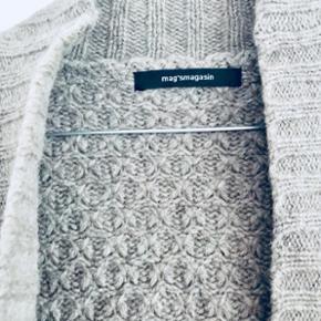 ✨Dejlig strik taupe cardigan fra Magasin. Kan bruges lagt over læderjakke i de kolde mdr.   ✨Str. Onesize