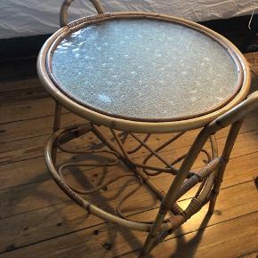 Retro bambusbord med glasplade i fin stand. Kan afhentes på Østerbro.