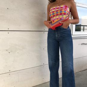 SÆLGER HELE SÆTTET 🌸💖  - Fint retro 100% silke halstørklæde, ( det er lidt i stykker ) så derfor den lave pris 💛 — mp 40kr  - Super fede jeans fra Monki, str 26 😍 de er i perfekt stand ! Har samme par bare en tone lyser 💛 — mp 250kr