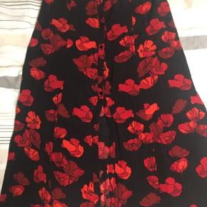 Super fin knælang nederdel med slids i midten. Brugt få gange, aldrig vasket. Prisen er inklusiv fragt!