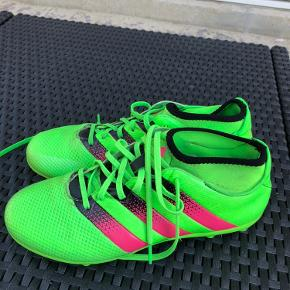 Adidas fodboldstøvler str 39,5. Har også to andre par i andre størrelser. Se sidste billede